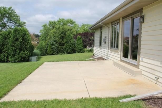 Spacious concrete patio (photo 3)