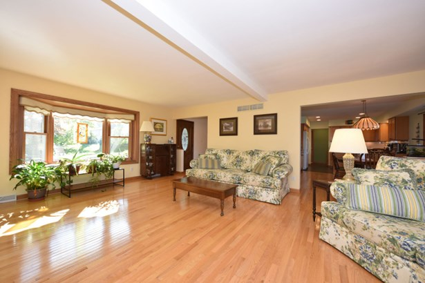 Light & Bright Living Room (photo 3)