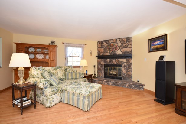 Spacious Living Room w/NFP (photo 4)