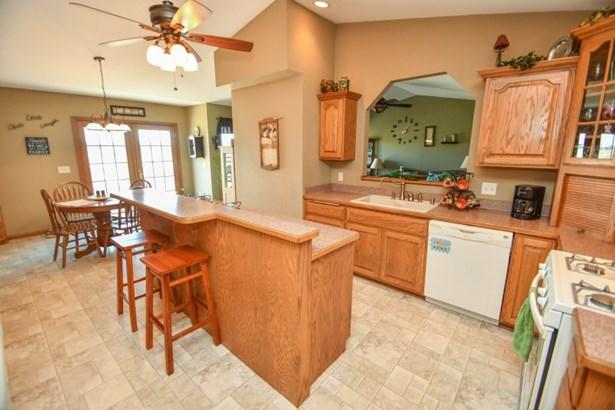 Kitchen with Breakfast Bar (photo 5)