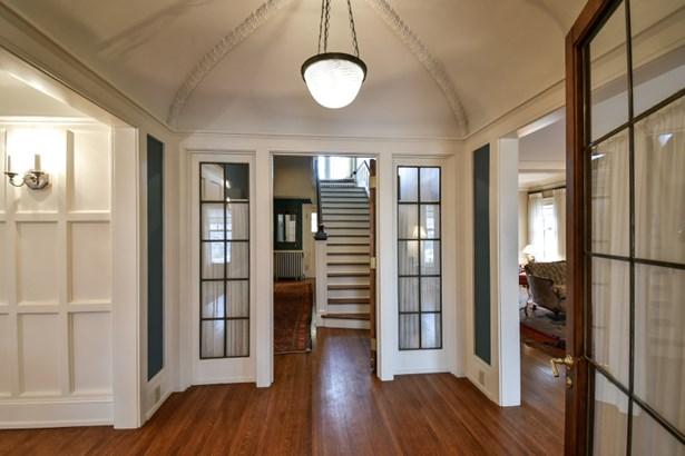Spacious foyer (photo 2)