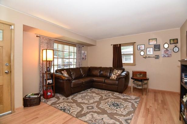 Comfortable Living Room (photo 2)