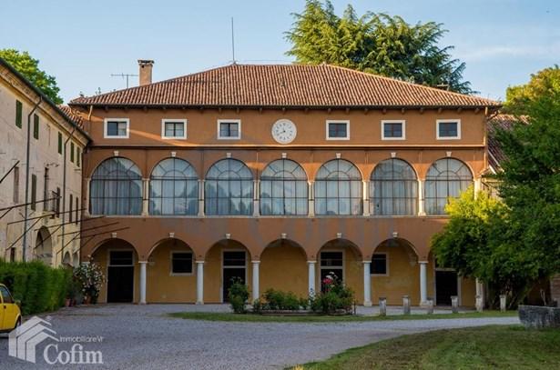 Piazza Chiesa, Verona - ITA (photo 1)
