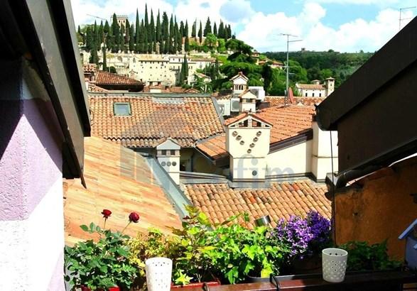 Via Duomo, Verona - ITA (photo 1)