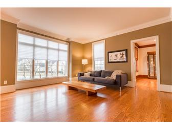 Spacious living room flooded with natural light (photo 4)