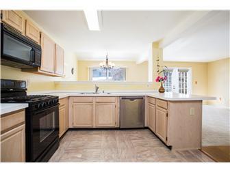 Open concept kitchen (photo 5)