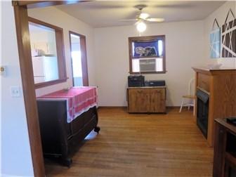 Hardwood floors and freshly painted (photo 4)
