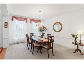 Spacious dining room for entertaining (photo 4)