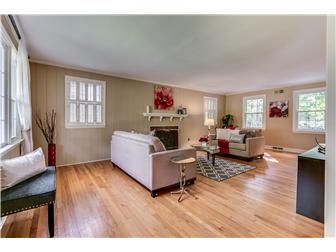 Alternate view of living room (photo 4)