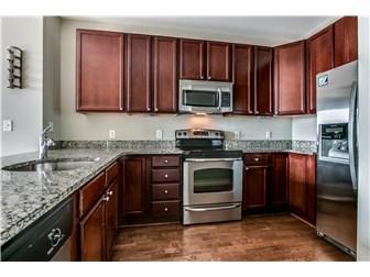 Stylish kitchen with granite & ss appliances (photo 3)