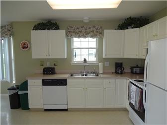 Super Clean Large Eat-In Kitchen (photo 3)