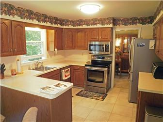 Tile floor in the eat in kitchen w/appliances (photo 4)