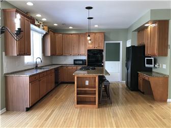 Beautiful custom kitchen w/ 42