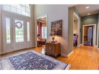 Beautiful entry with soaring ceilings (photo 4)