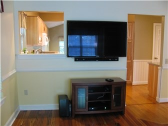 Free Flat Screen TV and Sound System (photo 5)