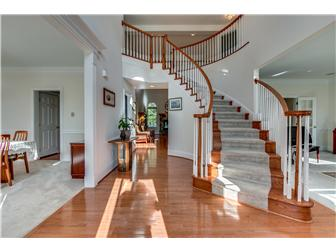 Stunning curved staircase (photo 2)