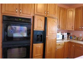 Plenty of kitchen cabinets & double oven (photo 4)