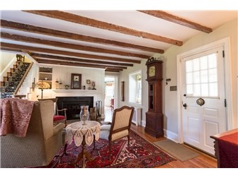 Living Room with wood beams (photo 4)