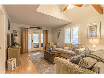 Bright great rm with vaulted ceilings (photo 4)