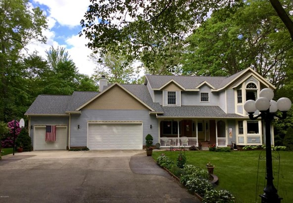 Single Family Residence, Traditional - Whitehall, MI (photo 1)
