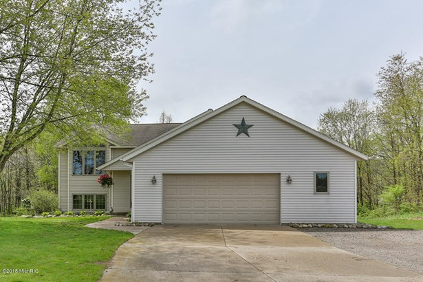 Single Family Residence, Bi-Level - Lowell, MI (photo 2)