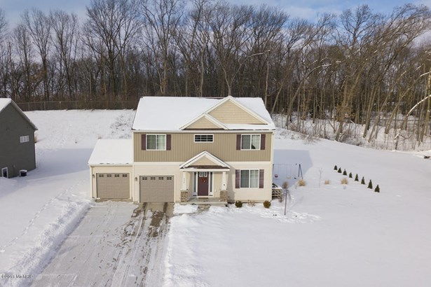 Single Family Residence, Traditional - Lowell, MI (photo 2)