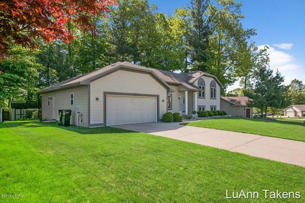 Tri-Level, Single Family Residence - Belmont, MI (photo 3)
