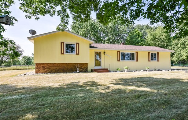 Tri-Level, Single Family Residence - Alto, MI