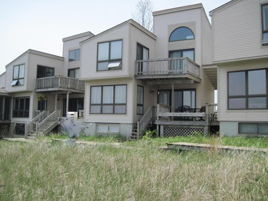 Condominium, Contemporary - Whitehall, MI (photo 2)