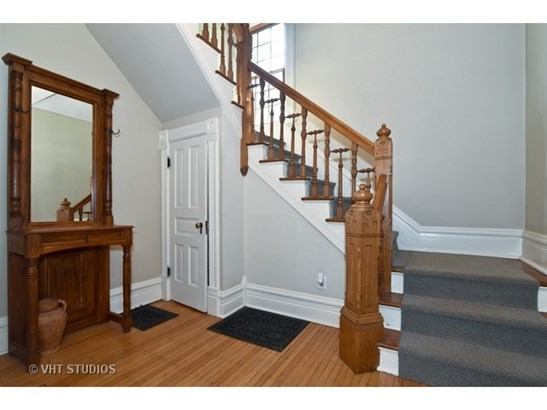 Fabulous Foyer entry with spindle staircase (photo 2)