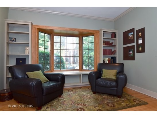 Large living room with bay window & builtins (photo 3)
