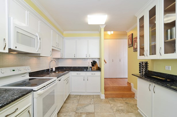 Eat-in Kitchen with Breakfast Bar (photo 4)