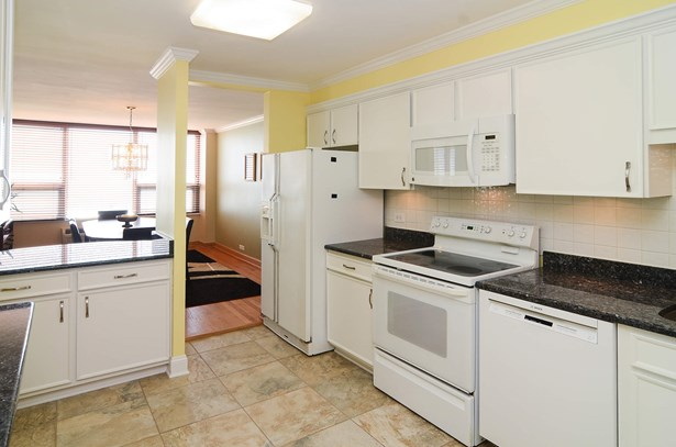 Eat-in Kitchen with Breakfast Bar (photo 5)