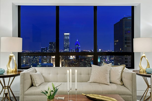 Gracious seating area, spectacular city view (photo 4)