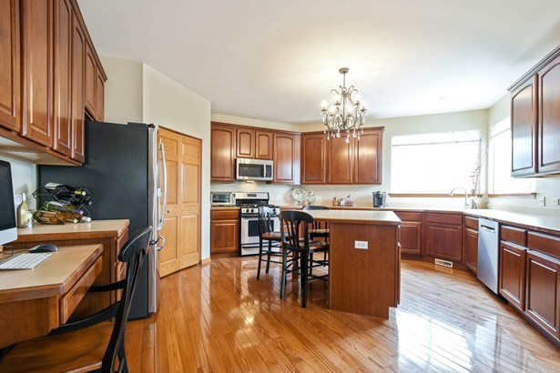 Spacious Kitchen with Spectacular Lake Views and R (photo 3)