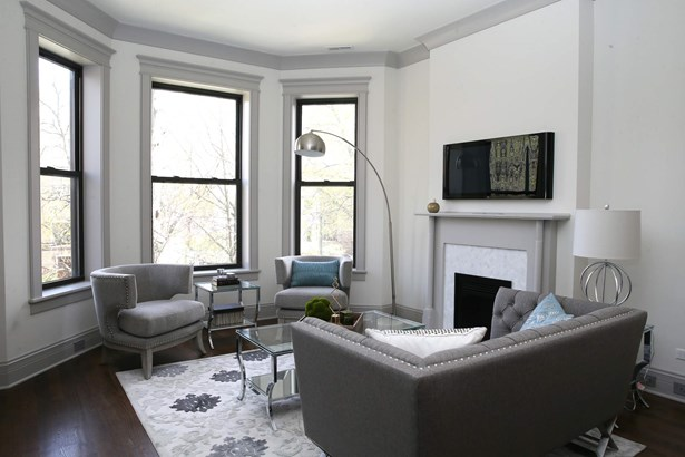 Living room with bay overlooking large front yard (photo 3)