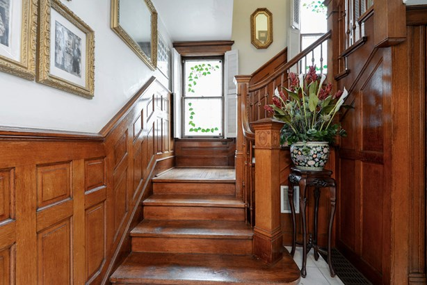 Staircase (photo 5)