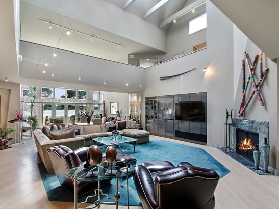 Beautiful, open living areas. (photo 4)