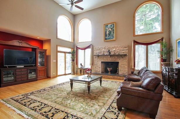 Greatroom with 19 ft ceilings hardwood floors (photo 3)