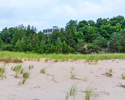 Set high on a dune with direct access to Beach (photo 5)