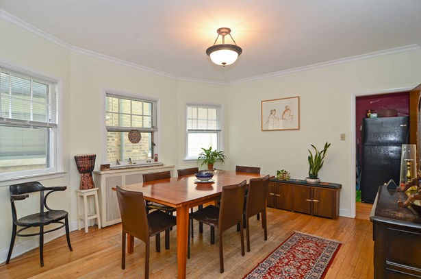 Spacious dining room with bay windows (photo 4)