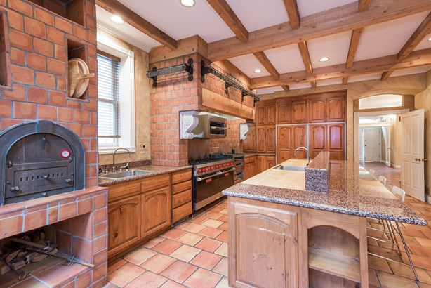 Large kitchen with commercial grade appliances (photo 5)