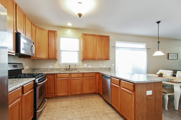 Spacious and Updated Eat-In Kitchen (photo 5)