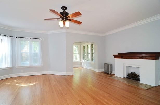 Sunny Living Room & Beautiful Hard Wood Floors Thr (photo 4)
