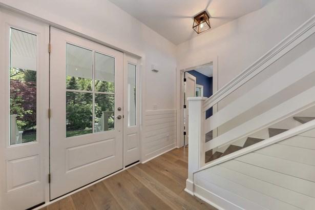 Sunny foyer (photo 2)
