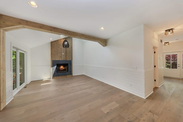 Spacious living room -vaulted with ship lap siding (photo 3)