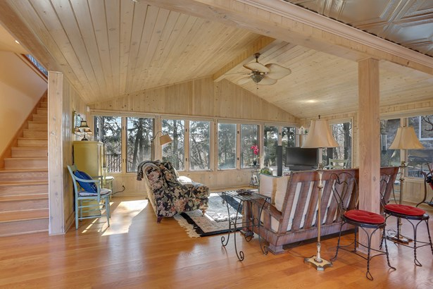 Living room with gorgeous river views (photo 4)