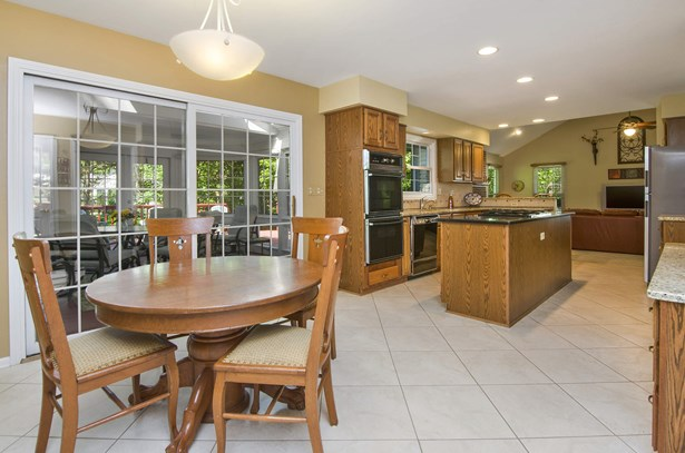 Kitchen / Breakfast Room (photo 2)