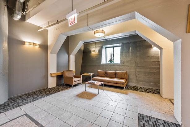 Lobby (photo 2)