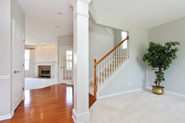 2-story foyer, oak hardwd, freshly painted (photo 2)